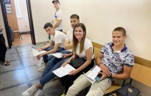 младежи учат военни лекари