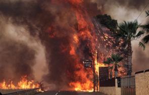огнен голям пожар избухна атина горят къщи евакуират хора
