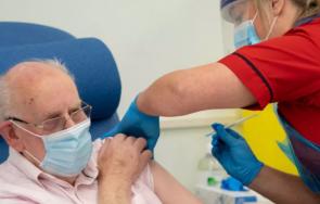 сащ разрешиха трета доза covid хората слаб имунитет