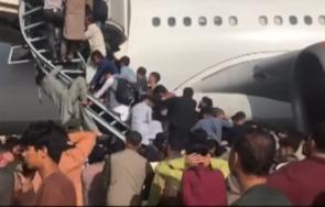 хаос летището кабул опитите отчаяни афганистанци избягат талибаните