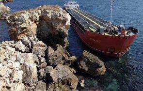 Започва операцията по разтоварване на заседналия край Камен бряг кораб