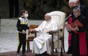Дете се опита да вземе шапката на папата (ВИДЕО)