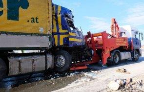 зрелищен сблъсък камион мандарини заби товарен автомобил масло снимки