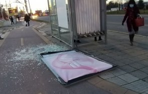хулигани поломиха автобусна спирка пловдив посред бял ден