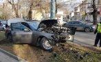 Водачка от Варна предизвика катастрофа, БМВ се разби в стълб и фасада