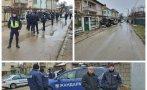 ИЗВЪНРЕДНО: Страшен екшън в Мездра - 70 души щурмуваха къщата, в която почина дете! Почерня от полиция и жандармерия, има обърнати коли (СНИМКИ)
