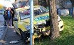 ОТ ПОСЛЕДНИТЕ МИНУТИ: Такси се заби в дърво в Бургас